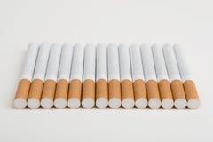 Een lijn van sigaretten Stock Fotografie