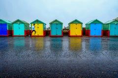 Een lijn van zeven strandhutten op Brighton wandelt langs 5 strandhutten AR Stock Foto