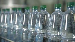 Een lijn voor het bottelen van mineraalwater in flessen stock footage