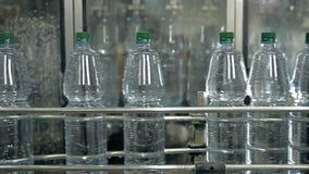 Een lijn voor het bottelen van mineraalwater in flessen stock video