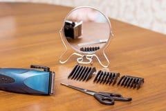 Een lijst in de herenkapper met hulpmiddelen voor kapsels: trimm royalty-vrije stock fotografie