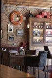 Een lijst en leunstoelen in een traditionele Engelse bar royalty-vrije stock afbeelding