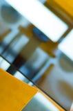 Een lijst en twee stoelen Stock Afbeeldingen