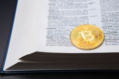Een lijst met boek en bitcoin aangaande een pagina met Gelddefinitie royalty-vrije stock afbeelding