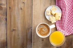Een lijsthanddoek in een rode kooi, een glas vers jus d'orange en een geurige koffie Besnoeiingskaas Plaats voor het schrijven va royalty-vrije stock fotografie