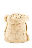 Een linnenzak door avenaceous vlokken wordt gevuld die Stock Foto