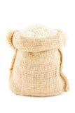 Een linnenzak door rijst wordt gevuld die Royalty-vrije Stock Fotografie
