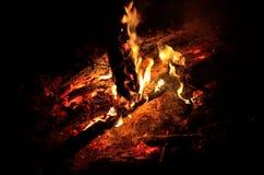 Een logboekbrand met een grote nacht Stock Afbeelding