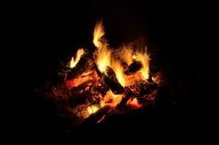 Een logboekbrand met een grote nacht Stock Fotografie