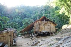Een lokaal huis onder de bergen in het verbazen van Thailand voor toerist Stock Afbeelding