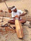 Een lokale timmerman die houten boot, India maken stock afbeeldingen