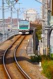 Een lokale trein komt bij Ikebukuro-post aan Royalty-vrije Stock Afbeelding