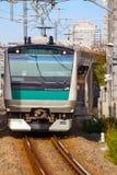 Een lokale trein komt bij Ikebukuro-post aan Royalty-vrije Stock Foto