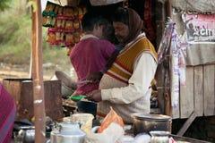 Een Lokale verkoper die van de straatthee thee voorbereiden Stock Afbeelding