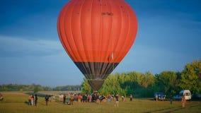Een luchtballon op een muziekfestival stock videobeelden