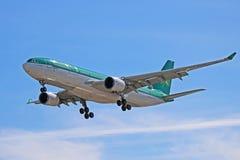 Een Luchtbus A330-200 van Luchtlingus op Definitieve Benadering stock foto