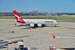 Een Luchtbus A380 van Qantas met de horizon van Sydney Royalty-vrije Stock Afbeeldingen