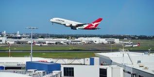 Een Luchtbus A380 van Qantas met de horizon van Sydney Royalty-vrije Stock Foto's
