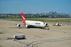 Een Luchtbus A380 van Qantas met de horizon van Sydney Stock Afbeeldingen