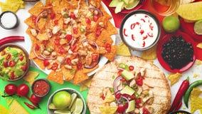 Een luchtfoto van een assortiment van veel verschillend Mexicaans voedsel op een lijst stock video