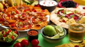 Een luchtfoto van een assortiment van veel verschillend Mexicaans voedsel op een lijst stock footage