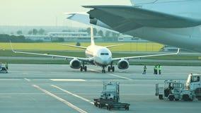 Een luchthavenlandingsterrein De mensenarbeider wacht op het bevel stock videobeelden