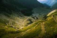 Een luchtmening aan Transfagarasan-weg in Karpatische bergen Stock Fotografie