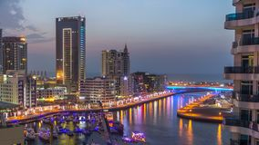Een Luchtmening van Doubai Marina Towers in de dag van Doubai aan nacht timelapse stock video