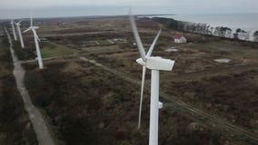 Een luchtmening van een windlandbouwbedrijf stock videobeelden