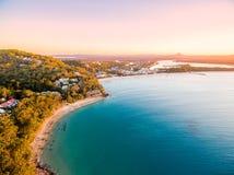 Een luchtmening van het Nationale Park van Noosa bij zonsondergang in Queensland Australië royalty-vrije stock foto's
