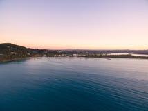 Een luchtmening van het Nationale Park van Noosa bij zonsondergang in Queensland Australië stock foto
