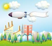 Een luchtschip met een lege banner boven de hoge gebouwen Royalty-vrije Stock Foto's
