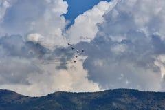 Een luchtvaartgroep van zes mig-29 vliegtuigen toont een cijfer van een pijl tegen de achtergrond van de Gelendzhik-toevlucht aan stock afbeeldingen
