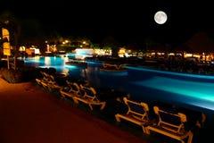 Een luxe al inclusieve strandtoevlucht bij nacht Stock Foto