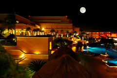 Een luxe al inclusieve strandtoevlucht bij nacht Stock Afbeelding