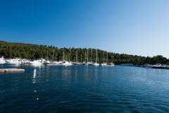 Een luxejacht bij de jachtclub in de haven royalty-vrije stock foto