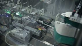 Een machine om partijen drugs in te pakken stock footage