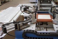 Een machine voor de productie van meubilair Het lijmen onder druk stock foto's