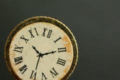 Een macro-schot van een uitstekend klok of een horloge die de tijd tonen royalty-vrije stock afbeeldingen