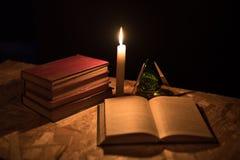 Een magische bal, een rol, een kaars en een oud boek in dark van de nacht Royalty-vrije Stock Afbeeldingen