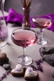Een magische lilac drank in het geheimzinnige avond plaatsen Geestelijke magische achtergrond Royalty-vrije Stock Fotografie