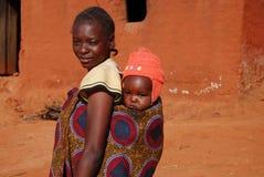 Een mamma en haar baby - Pomerini - Tanzania - Afrika Stock Afbeelding