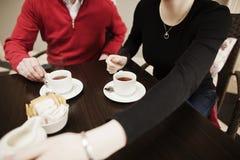 Vrienden die Koffie samen drinken Stock Foto's