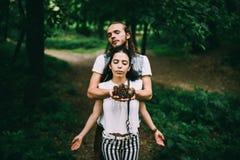 Een man en een vrouw houden kegels in hun handen Stock Foto