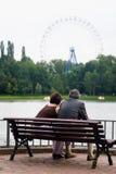 Een man en een vrouw op een leeftijd zitten op een parkbank Royalty-vrije Stock Afbeelding