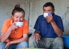 Een man en een vrouw van Aziatische verschijning hebben thee Stock Foto's