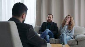 Een man en een vrouw bij de ontvangst bij de familieadviseur stock video