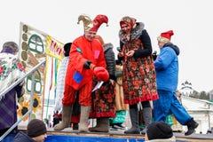 Een man en een vrouw kleedden zich in oud-Russische kostuums royalty-vrije stock fotografie