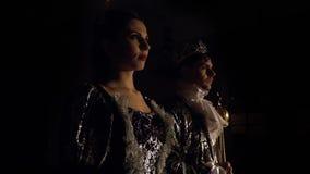 Een man en een vrouw in koninklijke kledij bevinden en kijken zich voor Leef de schaakconcurrentie stock videobeelden