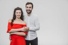Een man en een vrouw met lang haar, ondersteunend elkaar met liefde De dag van de valentijnskaart `s Een vrouw kleedde zich in ee stock afbeeldingen